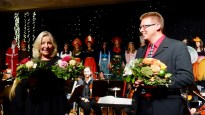 19.12.2018: Die Organisatoren des Weihnachtskonzerts Gudrun Möhrle (Neigungskurs Musik, Begleitung am Flügel) und Martin Eisner (Orchester), im Hintergrund die Kostüme von Conny Kloker