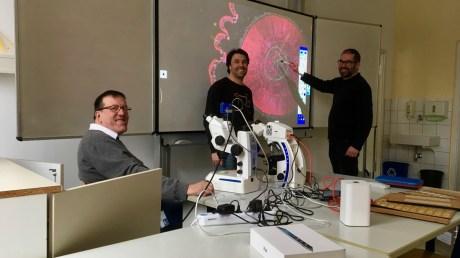 25.01.2019: Hans-Ulrich Weidmann von Zeiss Mikroskopie, Biologie-Fachberater Thilo Krauß und Netzwerkbetreuer Pascal Krüger testen das erste der neuen Stereomikroskope, die ZEISS sponsert und für die sich die Schulgemeinschaft im vergangenen Jahr bei einer Fundraising-Aktion engagiert hat.