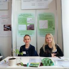 """09.02.2019, Schüler experimentieren: Vanessa Kopp und Leonie Schmid habe sich gefragt: """"Wie schnell wächst eine Bohnenpflanze in Abhängigkeit von Wasser?"""""""