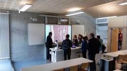 15.05.2019: Fachberater Thilo Kroiß und Besucher mit neuen digitalen Zeiss-Mikroskopen