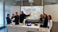 """15.05.2019: """"Ganz schön groß!"""" Fachberater Thilo Kroiß hat mit seinen Schüler*innen und mit den neuen digitalen Zeiss-Mikroskopen Diamanten im Schwabenstein (""""Suevit"""") gefunden."""