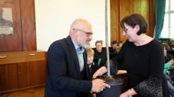 15.05.2019: Für das neue Null-Energie-Schulhaus übergibt Architekt Liebel Schulleiterin Christiane Dittmann statt des traditionellen Schlüssels einen Baum.