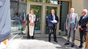 """15.05.2019: """"Brauchat's gsond!"""" Pfarrer Wolfgang Sedlmeier und Schuldekan Dr. Harry Jungbauer segnen die Menschen und das Wirken im neuen Gebäude."""