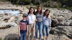 Pia Vetter mit ihrer französischen Gastfamilie an den Kaskaden von Sautadet