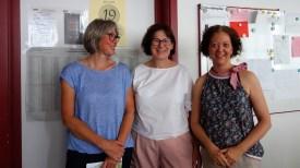 26.09.2019: Schulleiterin Christiane Dittmann bedankt sich bei den Elternbeiratsvorsitzenden für das große Engagement fürs SG: Ulrike Richter und Maria Beyeler
