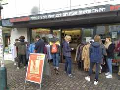 """11.10.2019: Projekt 6B vor dem Second Hand Laden """"Rot Couture"""". Alle Kleidungsstücke wurden aus unterschiedlichen Gründen gespendet und werden dort wieder verkauft. Jeden Tag gibt es neue Sachen zum Kaufen."""