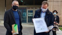 10.11.2020: Presseamtsleiter Sascha Kurz (re) und Architekt Kainzbauer freuen sich über den Bundespreis