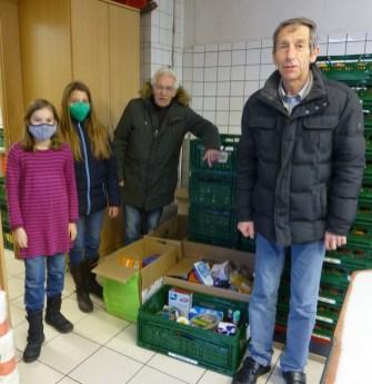 15.12.2020: Anna Demling und Clara und Barbara Rau übergeben die Spenden der Schulgemeinschaft im Kocherladen.