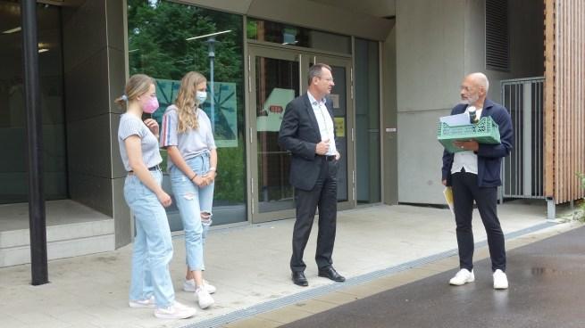 Stv. Schulleiter Martin Schaub, Katharina Weiss (stv. Schülersprecherin) und Nina Weidner (Schülersprecherin) freuen sich mit OB Thilo Rentschler und Architekt Bernd Liebel über die Auszeichnung.