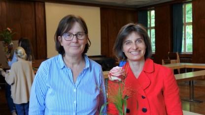 15.07.2021: Schulleiterin Christiane Dittmann freut sich, dass sich Simone Robitschko seit diesem Schuljahr im Schulleitungsteam engagiert, und gratuliert nachträglich zur Beförderung zur Studiendirektorin.
