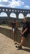 Zelma mit ihrem Corres vor dem Pont du Gard