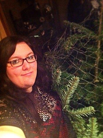 Alexandra posiert stolz mit Ihrem Christbaum!