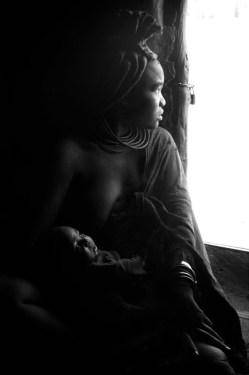 Namibia: Donna Himba in casa.