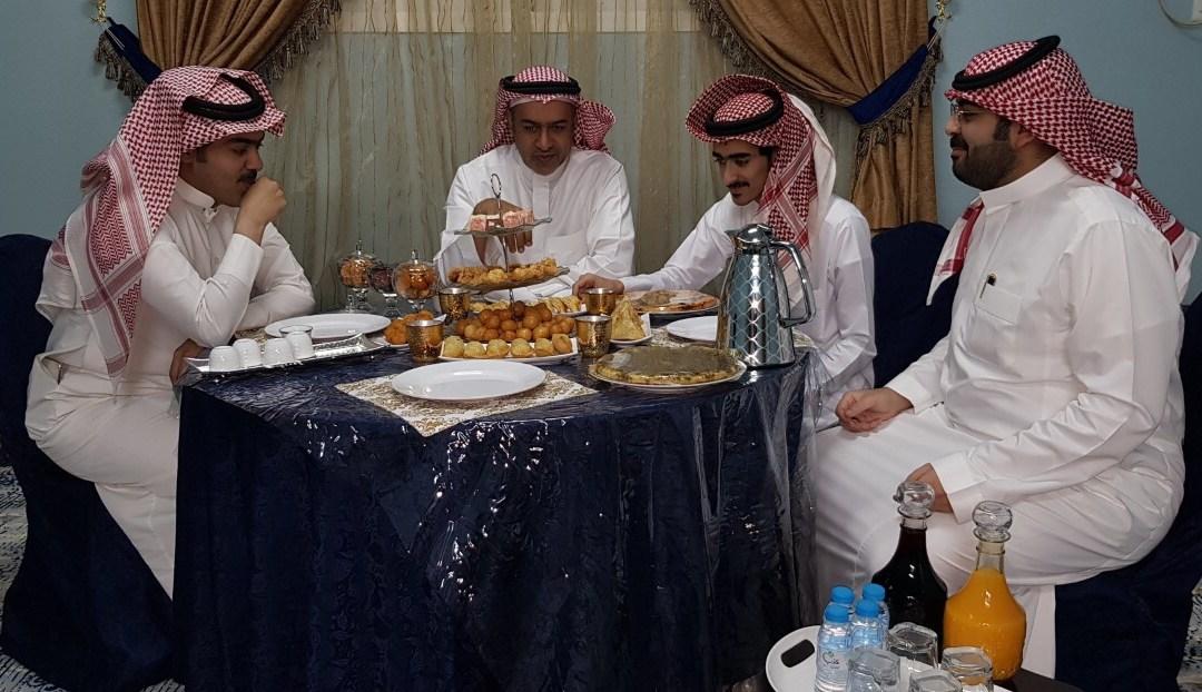 السفرة الرمضانية في وادي الدواسر عامرة بالقهوة العربية والتمر والحليب