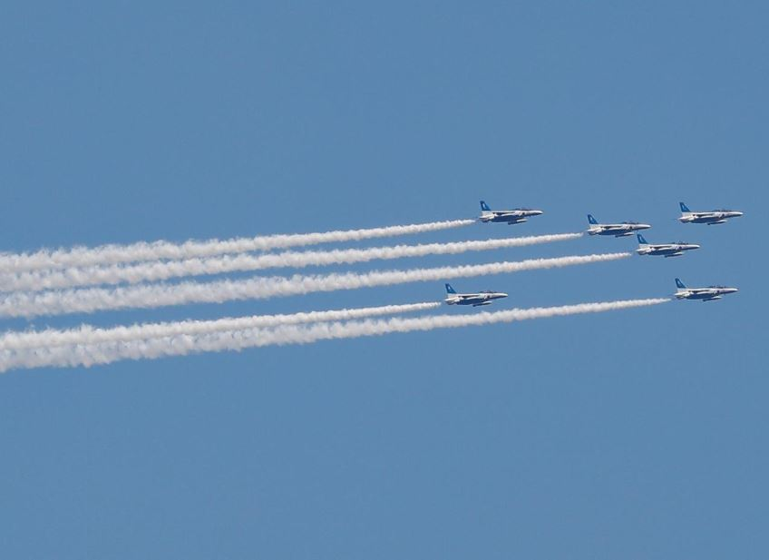 طائرات يابانية تقوم بعروض جوية فوق طوكيو لتحية الأطقم الطبية