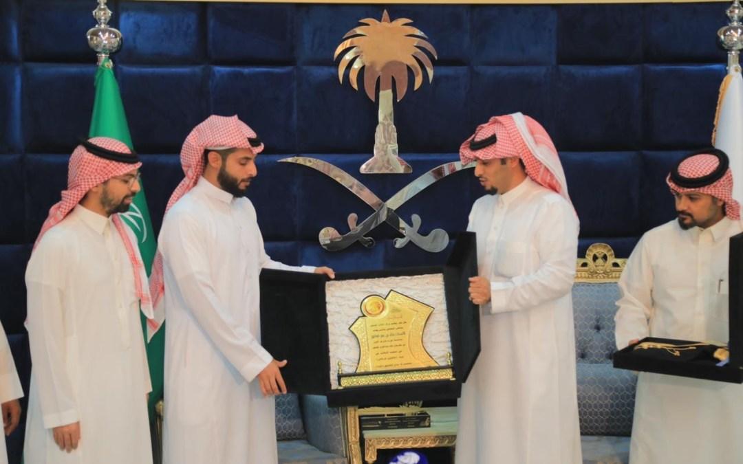 مركز النادر يكرم الفائز بمهرجان الملك عبدالعزيز للصقور