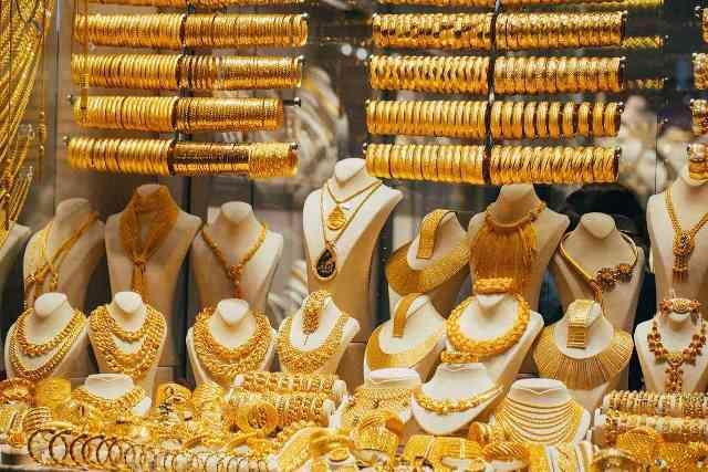 ارتفاع أسعار الذهب عالميًا مدعومًا بضعف الدولار