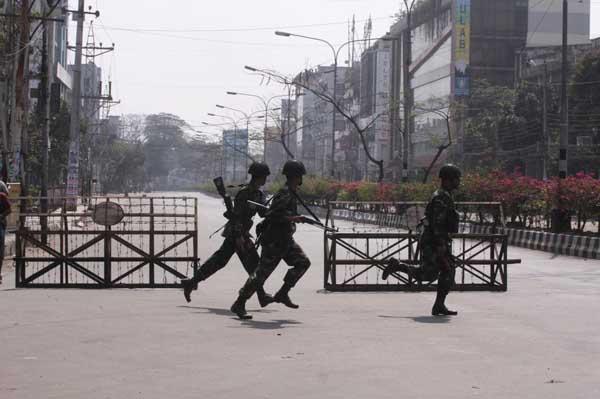 The military cordoned off parts of Dhanmondi in an effort to quell the uprising. Soldiers in Satmasjid Road. Dhanmondi. 9:30 am. 25th February 2009. Dhaka. Bangladesh. Shafiqul Islam Kajol/DrikNews