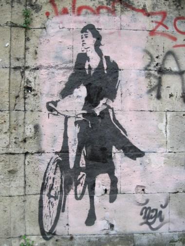 Donna in bicicletta, graffito accanto alla discesa della Vucciria