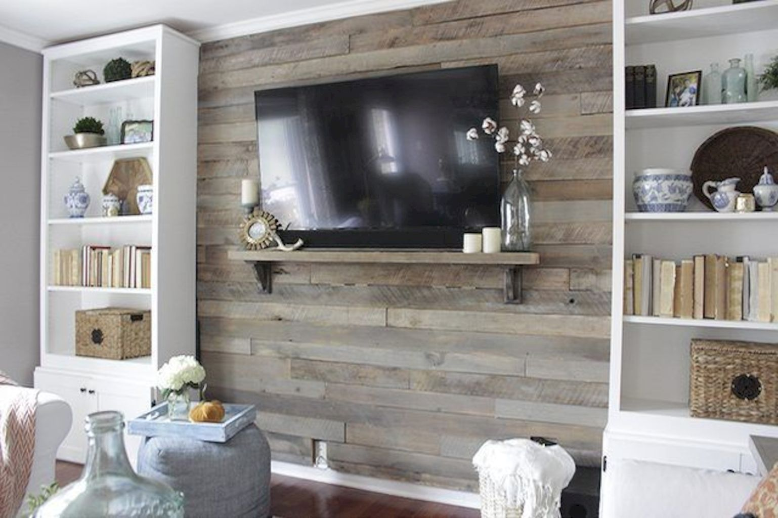 Clever rustic touch exploiting wood pallets wall accent that enhances contemporary home update and also effective in twisting decoration style Image 12