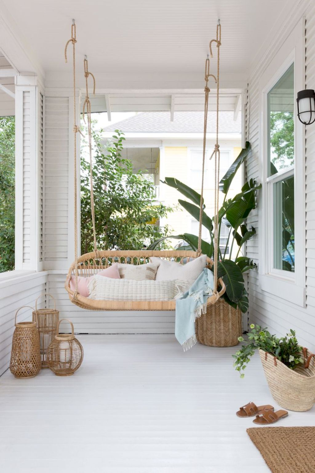 Coastal chic decoration with nautical accessories showing a fresh look in cool beach house styles Image 23