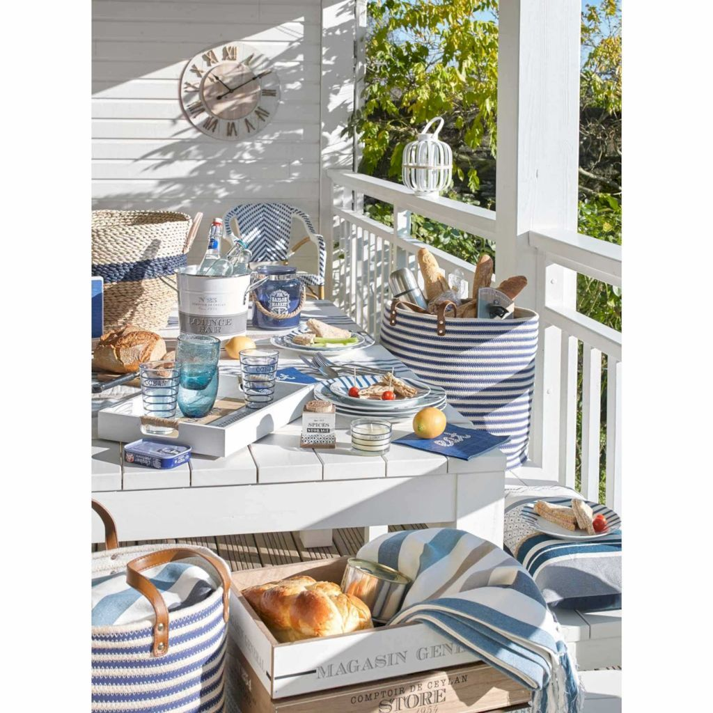 Coastal chic decoration with nautical accessories showing a fresh look in cool beach house styles Image 24