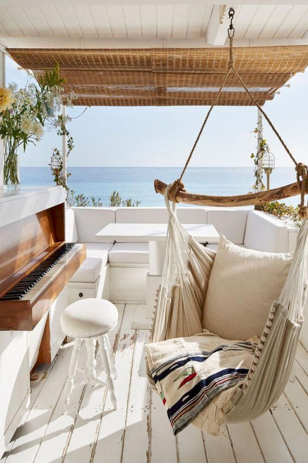 Refreshing home design with a coastal living theme and beach house style perfect inspirations for summer home updates Image 34