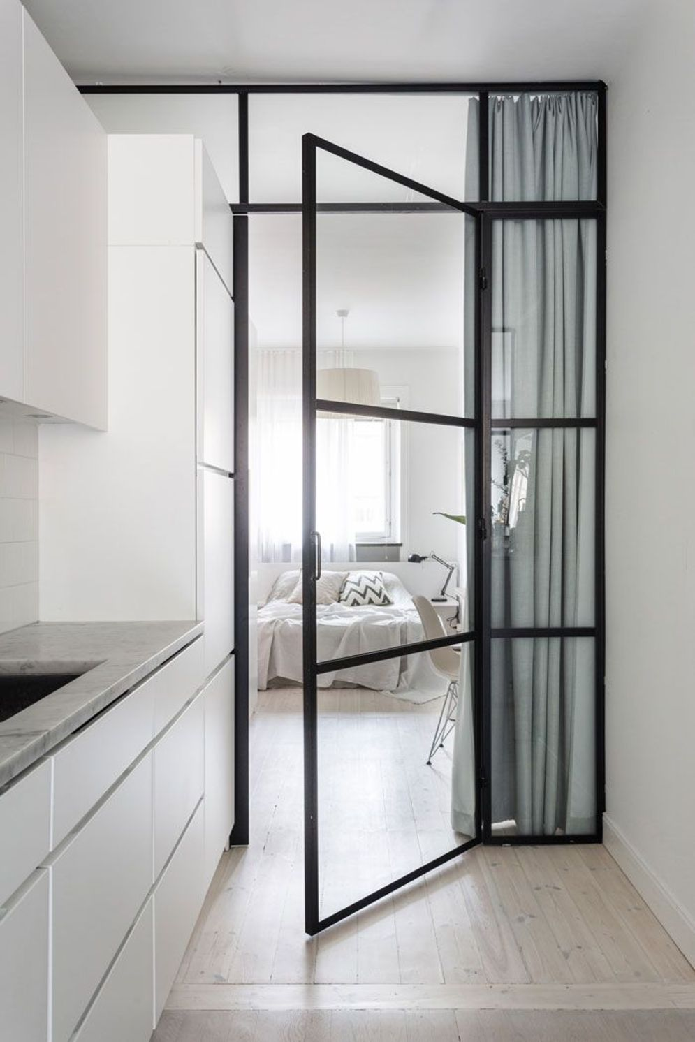 Limitless interior schemes with clever glass partition enlarging wide interior vibes Image 34
