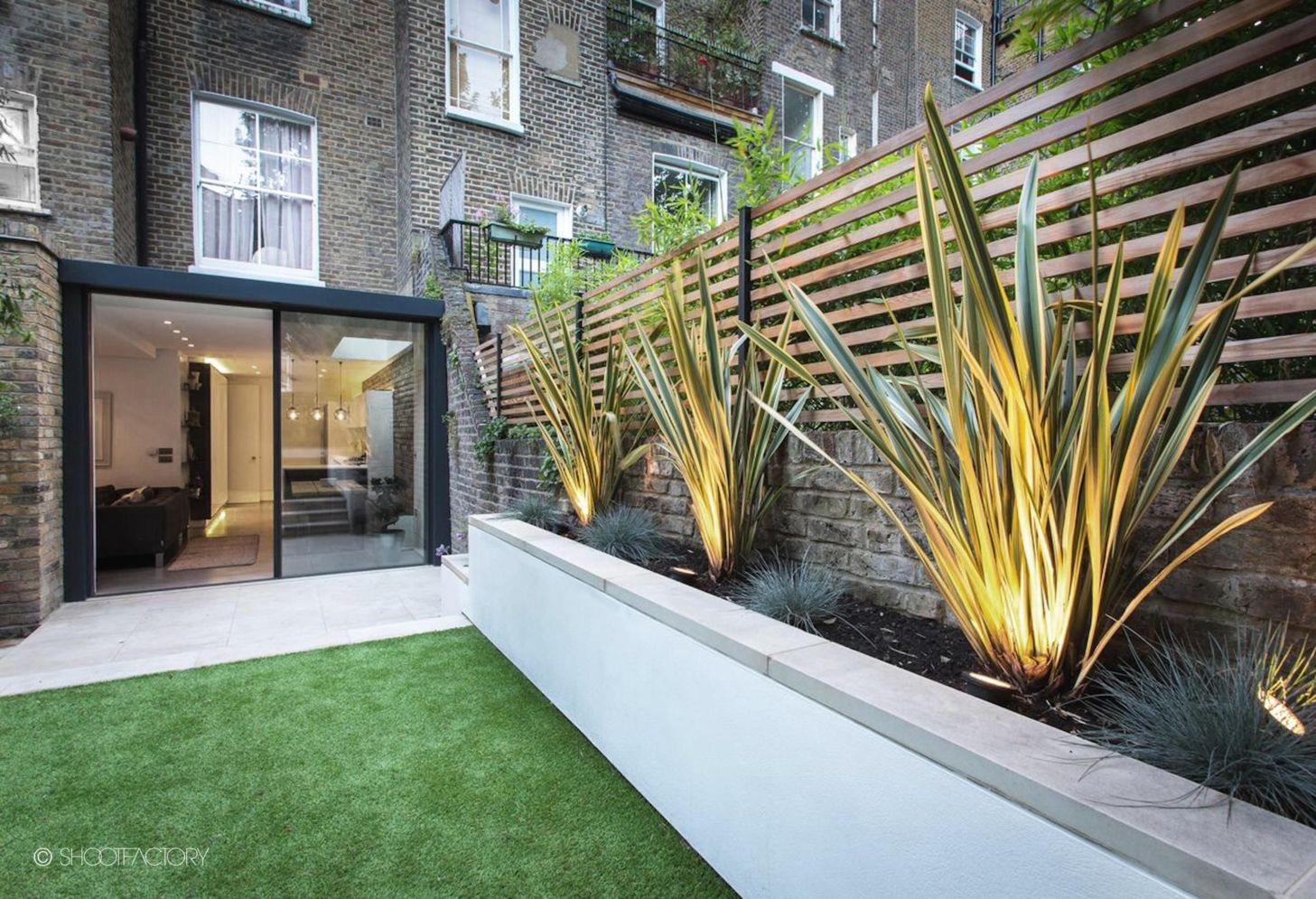 Beautiful garden lighting ideas with ground level ambient light giving luxurious resorts look Image 23