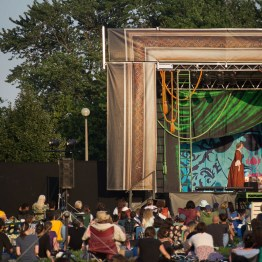 "Chicago Shakespeare in the Parks tours Shakespeare's enchanting comedy, ""A Midsummer Night's Dream,"" directed by Chicago Shakespeare founder and Artistic Director Barbara Gaines, FREE FOR ALL to 18 neighborhood parks across the city, July 25–August 26, 2018. Photo by Daniel Ribar."