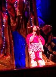الطفلة شهد العميري تغني اغنية وطنية في مسرحية فولتا
