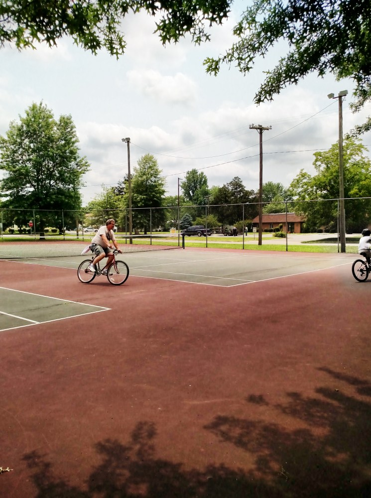 Bicycles on the tennis courts on Shalavee.com