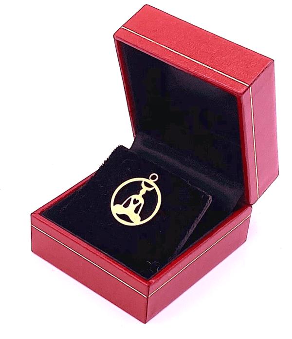 een esoterisch spiritueel gouden sieraad hanger met een hart maan en mens in shambala zit meditatie houding