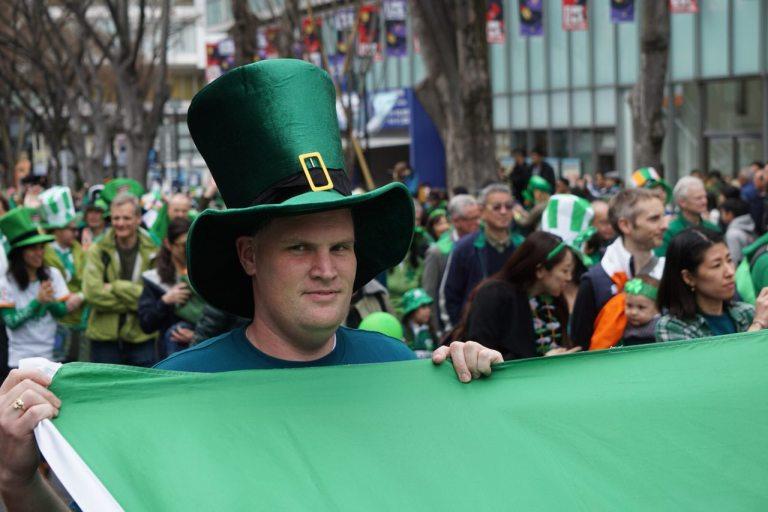 Парень, кажется, подозревает, что большая часть участвующих в параде — не совсем ирландцы, и про Ирландию не совсем в курсе, но уже принял ежедневную дозу Гиннеса — это способствует смирению.