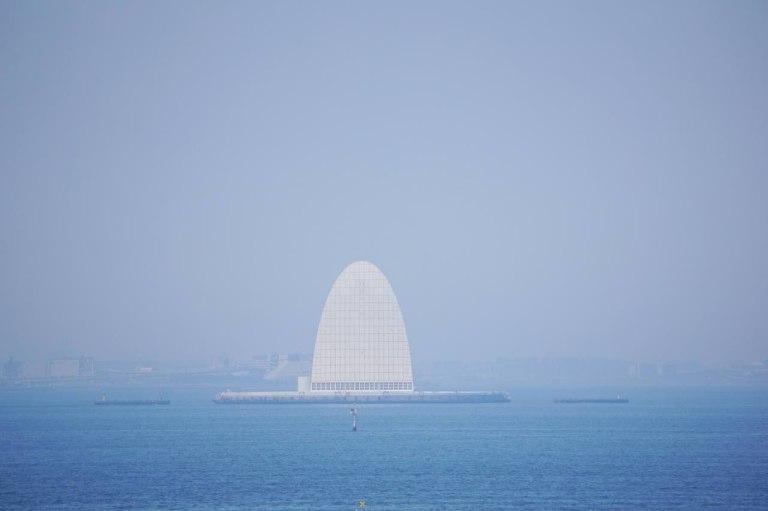 С Умихотару виднеется искусственный остров Кавасаки — туда люди не ходят, там вентиляция от туннеля. Ещё он поэтично называется «башня ветра».