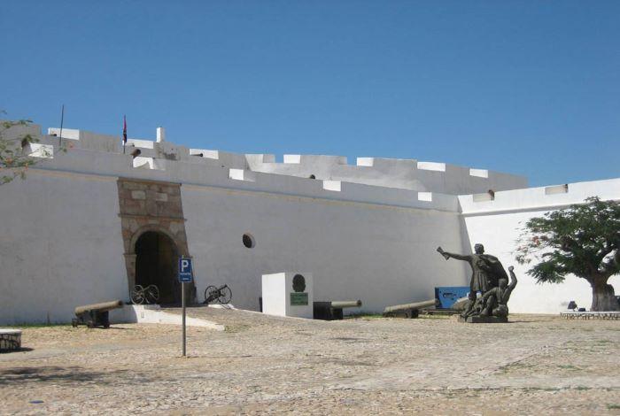 На страже входа стоят старинные орудия