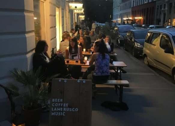 Уличная кофейня.
