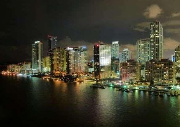 Город Майами очень красив ночью.