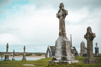 Clonmacnoise und seine zahlreichen Hochkreuze, Gräber und Klosterruinen   Clonmacnoise and its numerous high crosses, graves and monastery ruins