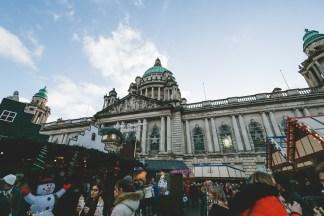 Das Rathaus von Belfast mit dem Weihnachtsmarkt davor   Belfast City Hall and the Christmas Market in front of it