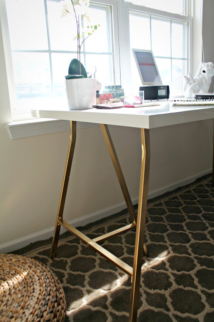 I love how the gold legs really give the desk a luxe more expensive look - Ikea plateau bureau ...