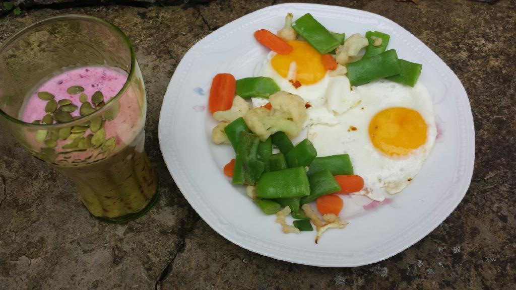 Frukost – ägg och smoothie.
