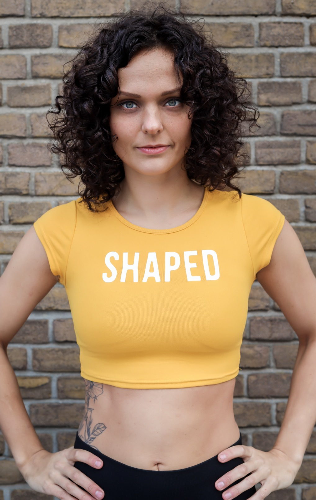 Dames cropped shirt in zwart en geel van Shaped