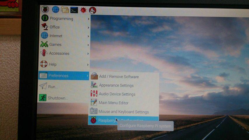 プルダウンしたメニューから「Preferences」⇒「Raspberry Pi Configuration」をクリック!