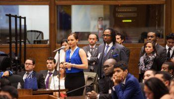 Mujer habla ante un micrófono en un salón lleno (Depto. de Estado/Kelsey Brannan)
