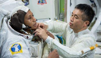 Koichi Wakata (dcha.) ayudando a Jeanette Epps a ajustarse el traje espacial (NASA)