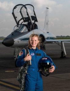 Mujer astronauta con traje (NASA)