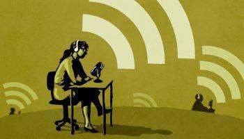 Ilustración de personas con auriculares y micrófonos, enviando mensajes (Depto. de Estado/Doug Thompson)