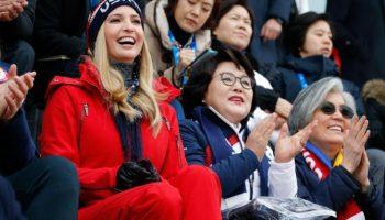 Personas vitoreando y aplaudiendo sonrientes (© Eric Gaillard/Reuters/AP)