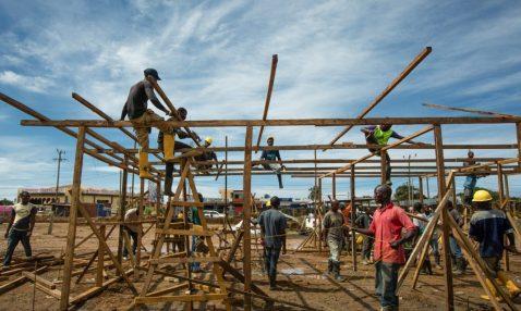 Una cuadrilla de trabajadores de la construcción (Morgana Wingard/USAID)